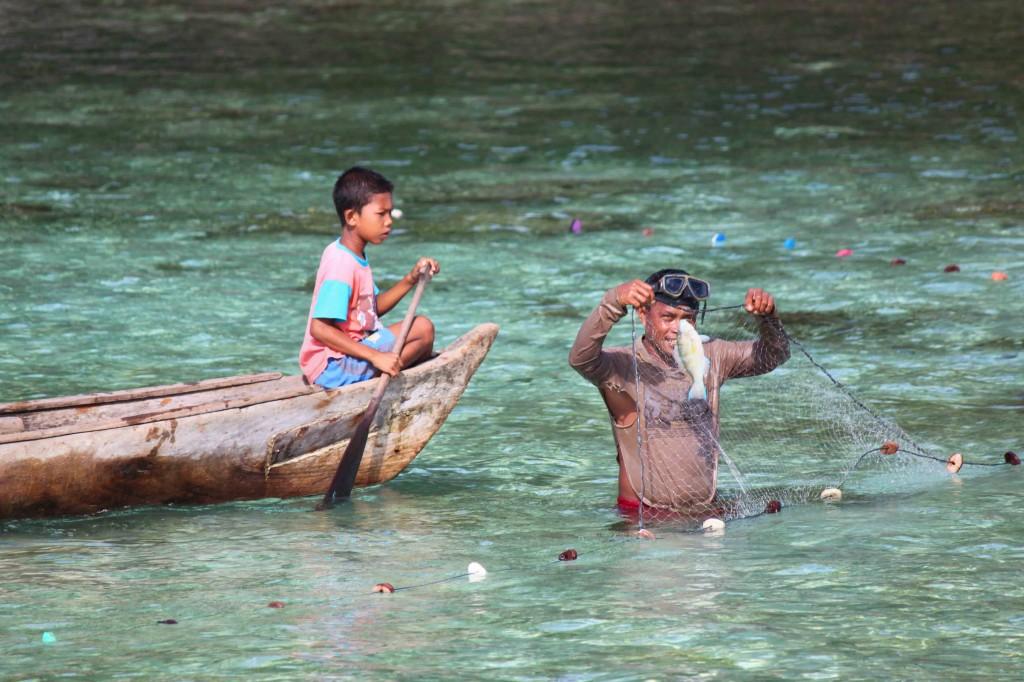 Chłopcy zostają rybakami. Kobiety ich żonami. Innych zajęć we wioskach na morzu nie ma